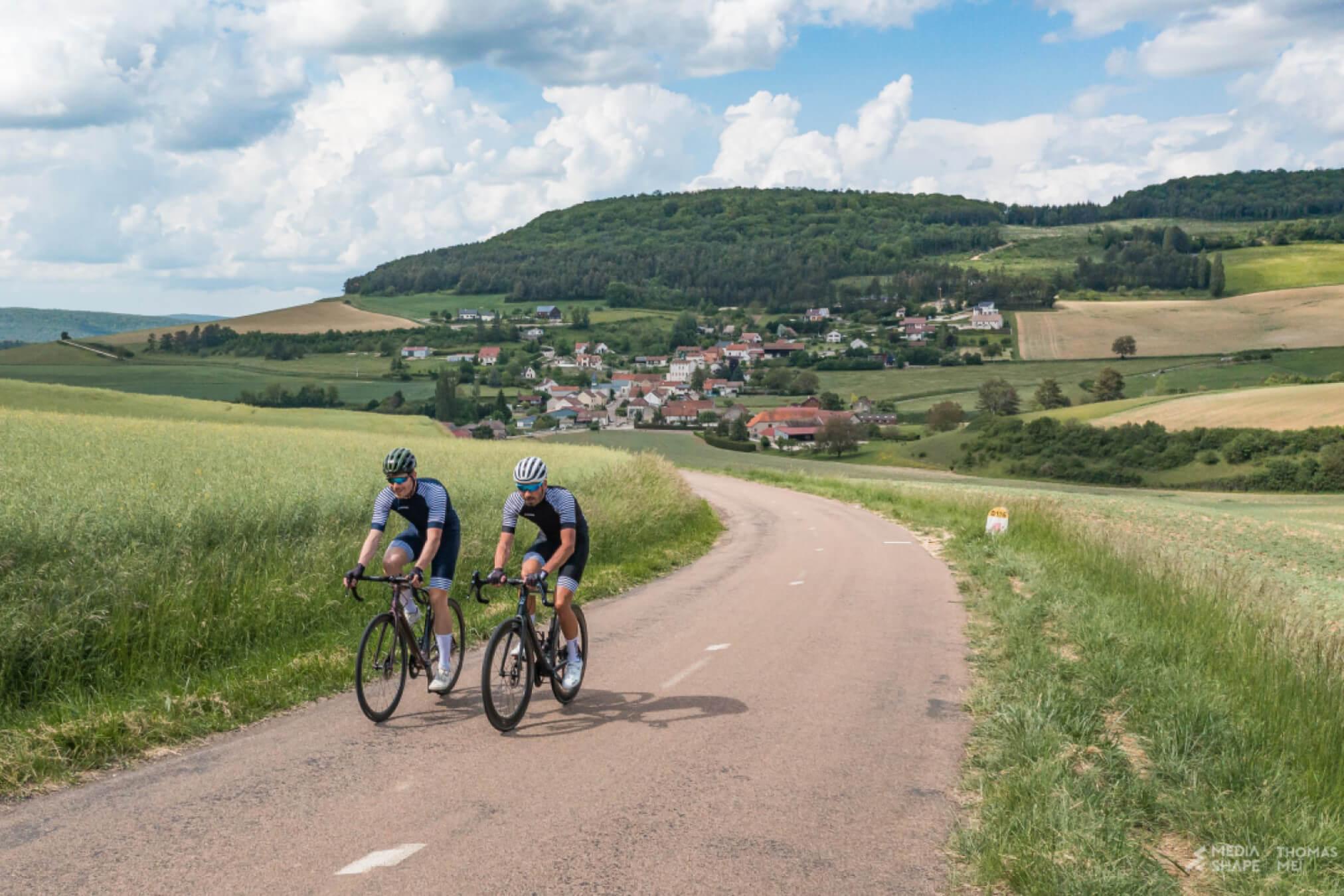 cyclistes en velo dans paysage Normand