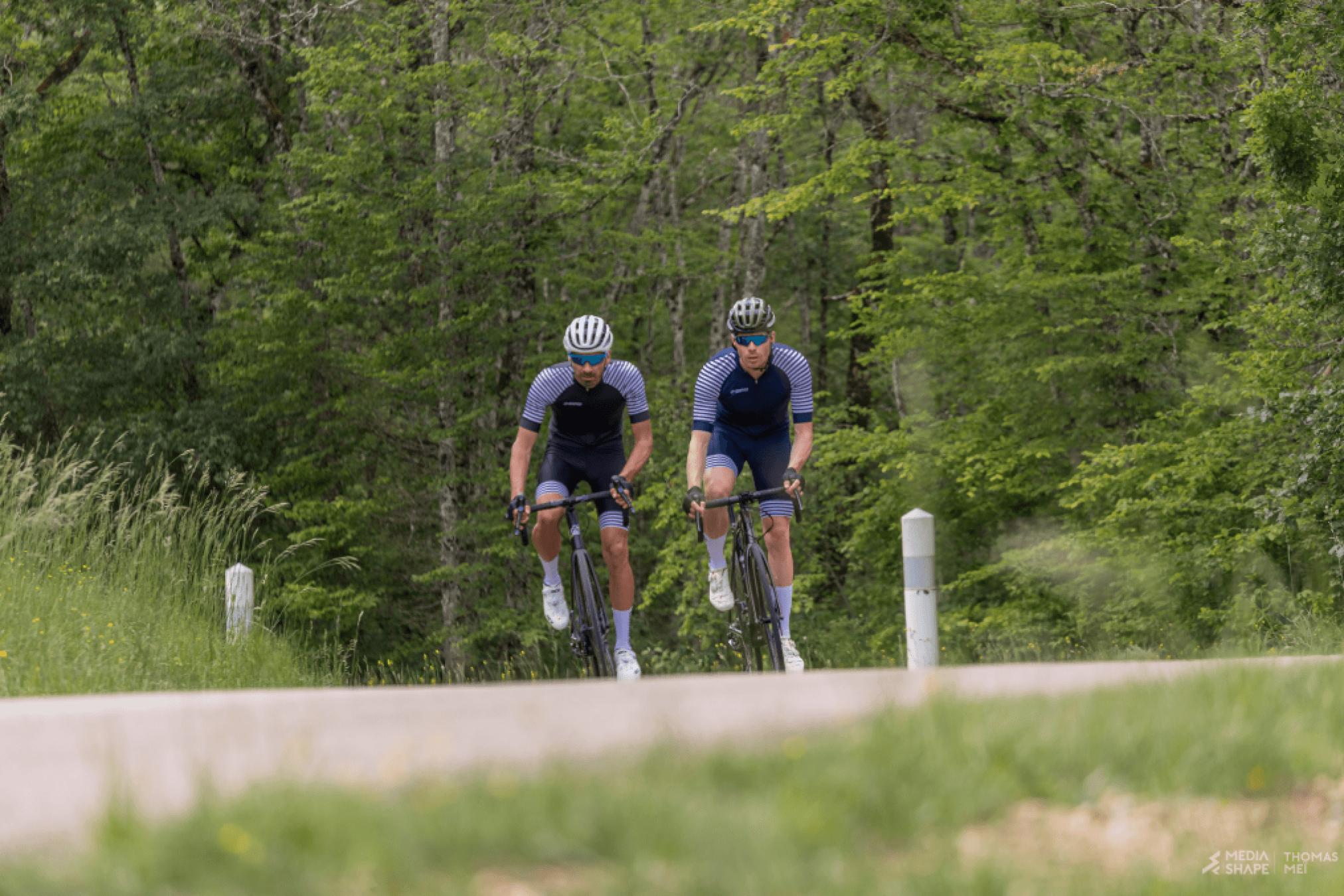 cyclistes maillots rayés en foret