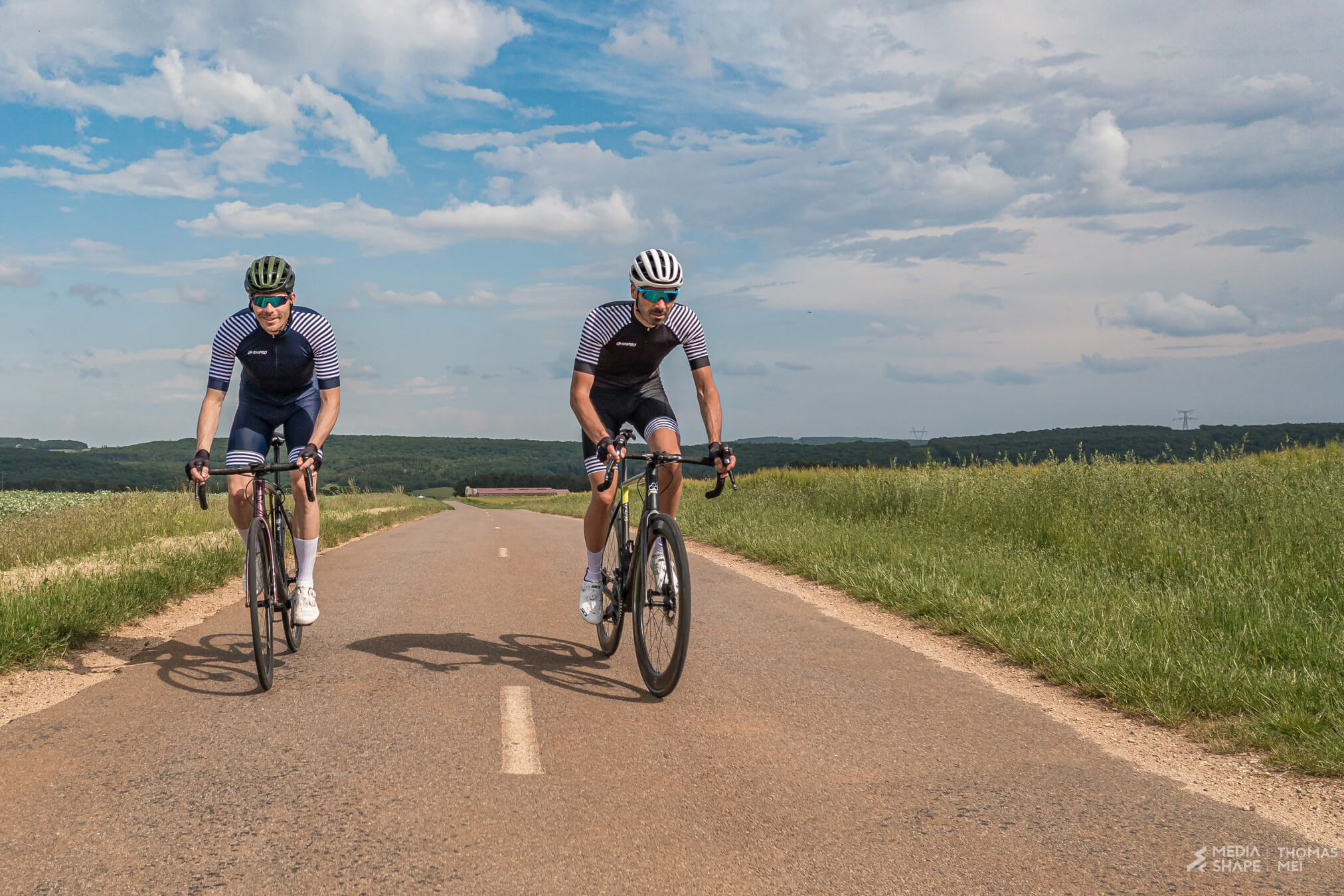 2 cyclistes en velo sur route